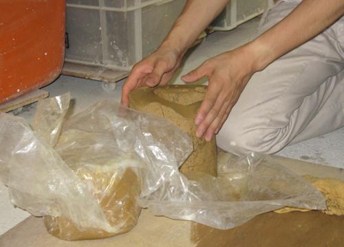 手元供養のお地蔵さんの製作風景粘土をこねる