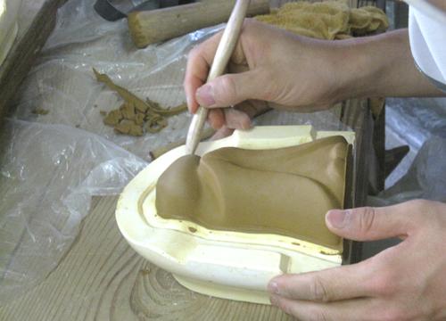 手元供養のお地蔵さんの製作風景成型粘土を外す